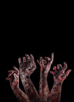 Zomzombies ou monstros atacando com as mãos, conceito de ataque ou pesadelo, fundo preto isolado