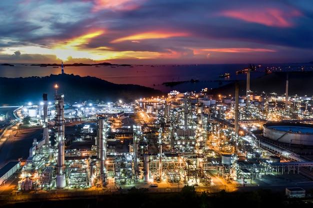 Zona de fábrica de refinaria de petróleo e indústria do petróleo na tailândia com céu azul e o pôr do sol