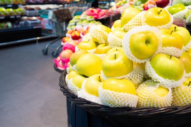 Zona de frutas e vegetais no supermercado