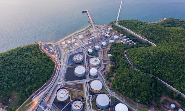 Zona de petroleiro de refinaria na ilha na tailândia