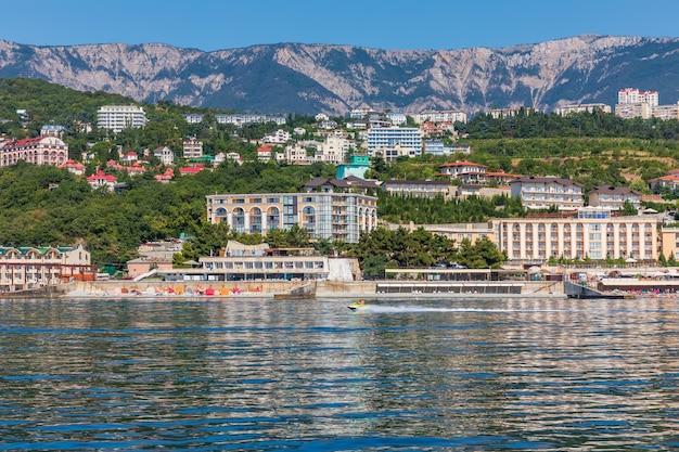 Zona de recreação na costa do mar negro na crimeia.