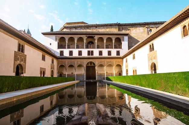 Zona de relaxamento do palácio de alhambra