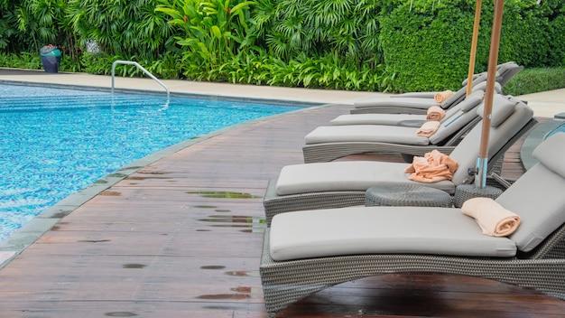 Zona de relaxamento na piscina