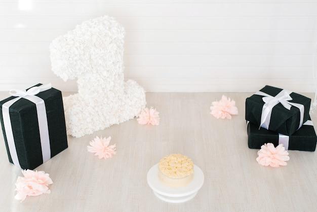 Zona fotográfica decorada para aniversário de 1 ano, para meninas, bolo, flores, presentes