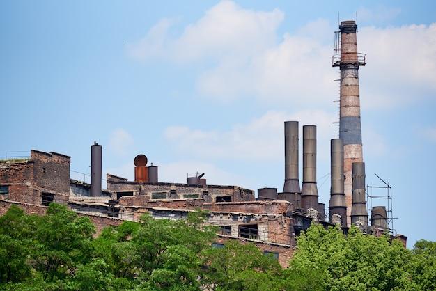 Zona industrial de uma fábrica destruída velha abandonada.