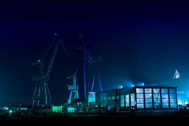 Zona industrial naval à noite em galati, romênia