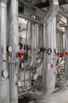 Zona industrial, tubulações e equipamentos de aço, válvulas e sensores. sistema de ventilação
