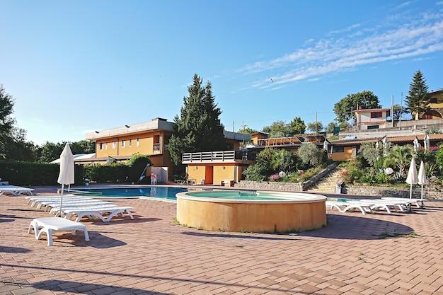 Zona lounge do hotel com piscina escondida entre as montanhas