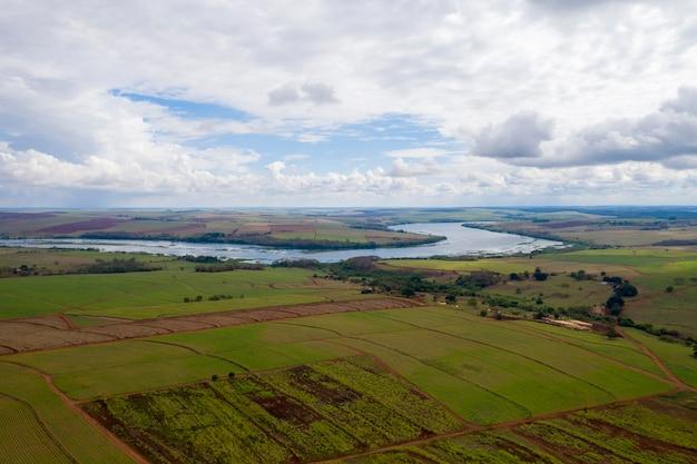 Zona rural com plantações e rio tietê