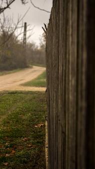 Zona rural perto de uma cerca de madeira