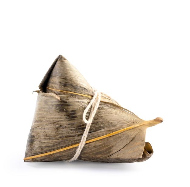 Zongzi, bolinho de arroz - conceito de design de comida famosa no festival do barco dragão duanwu, close-up, traçado de recorte, recortar, isolado no fundo branco