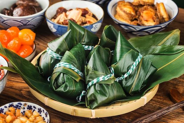 Zongzi de carne com bolinho de arroz chinês festival do barco do dragão