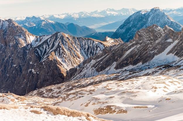 Zugspitze glacier ski resort nos alpes da baviera, alemanha