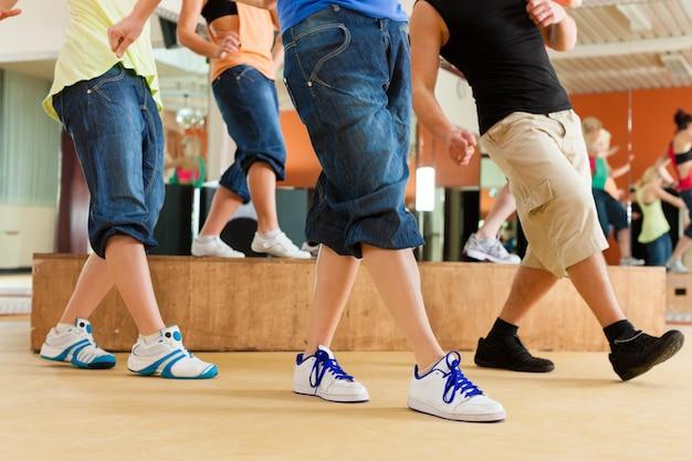 Zumba ou jazzdance - jovens dançando no estúdio