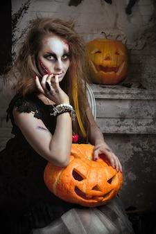 Zumbi de bruxa menina come o pássaro antes do halloween