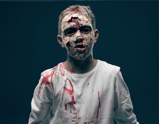 Zumbi de menino morto. conceito de halloween do horror