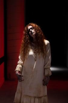 Zumbi fêmea ruiva assustadora em um vestido