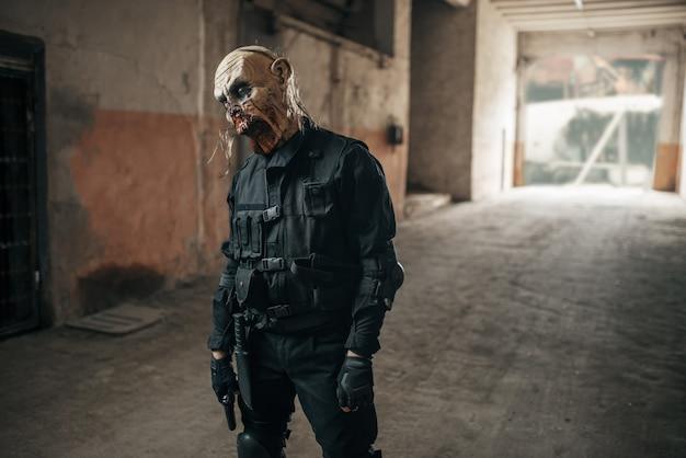 Zumbi masculino caminhando em uma fábrica abandonada