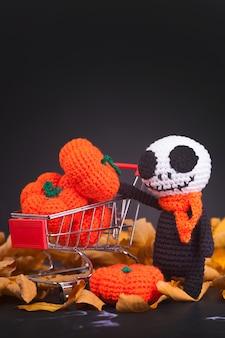 Zumbis monstro de malha e pequenas abóboras, artesanais, hobby. amigurumi. decoração festa halloween