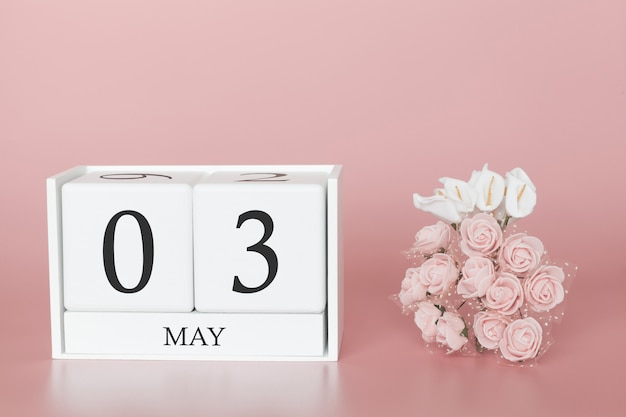03. mai. tag 3 des monats. kalenderwürfel auf modernem rosa