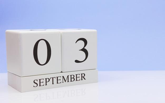 03. september tag 3 des monats, täglicher kalender auf weißer tabelle mit reflexion