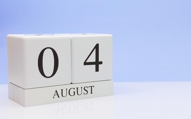 04. august tag 4 des monats, täglicher kalender auf weißer tabelle