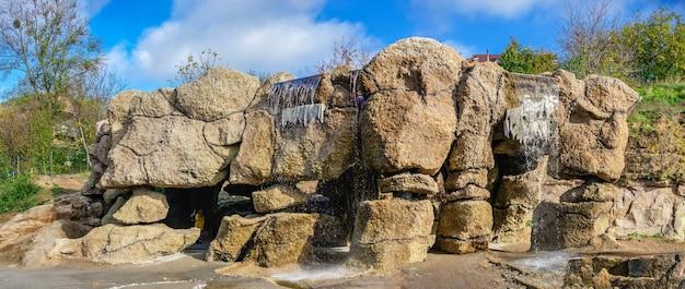 07.11.2020. uman, ukraine. wasserfall im fantasy park nova sofiyivka, uman, ukraine, an einem sonnigen herbsttag