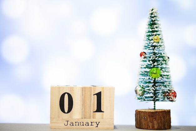 1. januar und weihnachtsdekoration auf blauem hintergrund