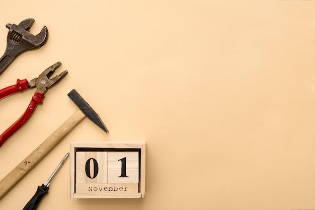 1. november. tag 1 des novembers stellte auf hölzernen kalender ein auf beige ein