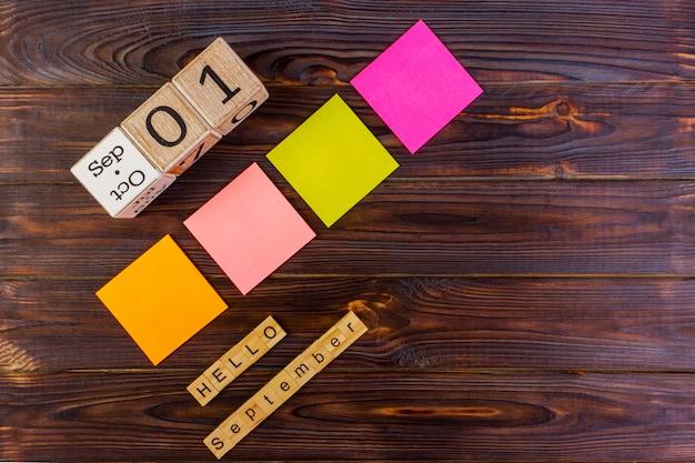 1. september. zurück zum schulkonzept. hallo septemberwort. mehrfarbige papieraufkleber mit kopienraum