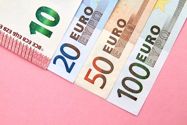 10, 20, 50, 100 euro-banknoten auf rosa hintergrund