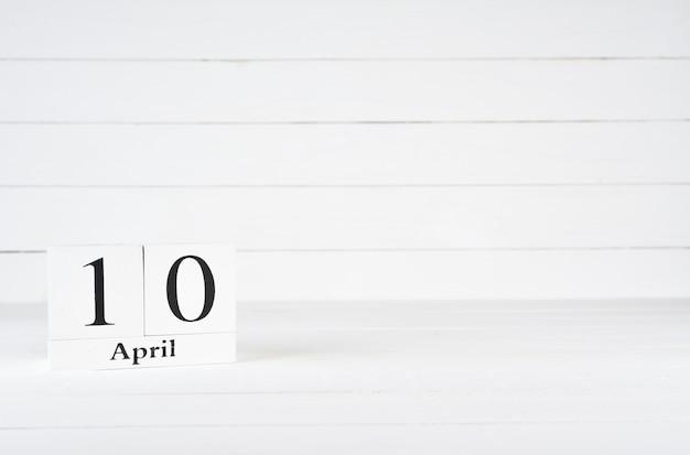 10. april, tag 10 des monats, geburtstag, jahrestag, holzblockkalender auf weißem hölzernem hintergrund mit kopienraum für text.