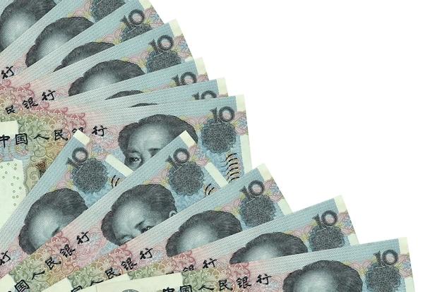 10 chinesische yuan-rechnungen liegen isoliert auf weißem hintergrund mit kopienraum, der in fächernahaufnahme gestapelt wird