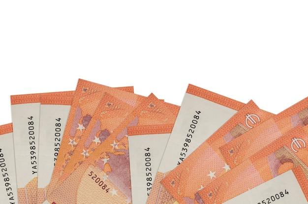 10 euro-scheine liegen auf der unterseite des bildschirms isoliert auf weißem hintergrund mit kopierraum