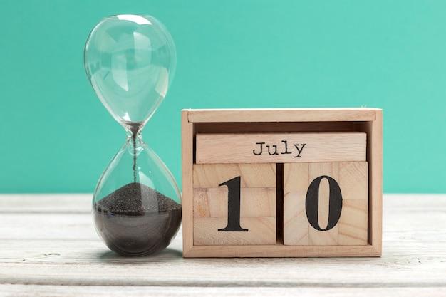 10. juli bild vom 10. juli kalender auf hölzernem. sommerzeit