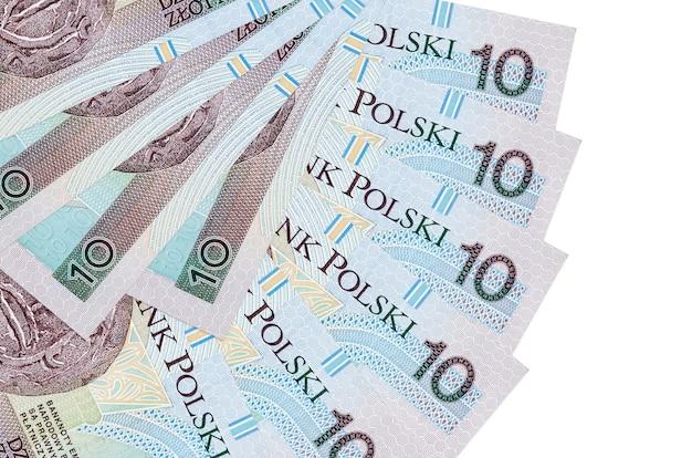 10 polnische zloty-rechnungen liegen isoliert auf weißem hintergrund mit in fächerform gestapeltem kopierraum in nahaufnahme