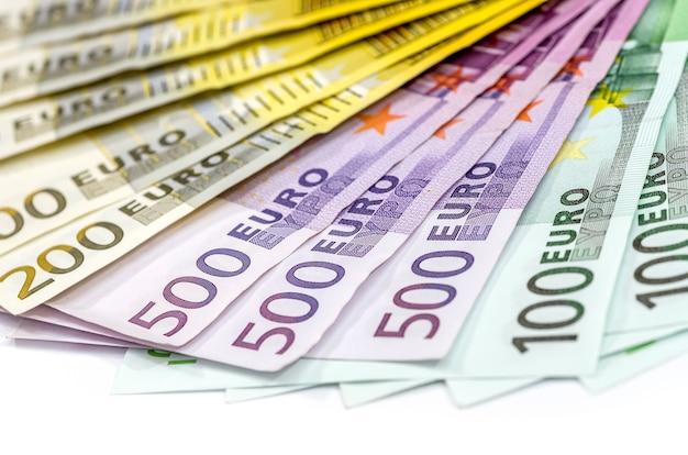 100 200 500 euro-scheine isoliert auf weiss