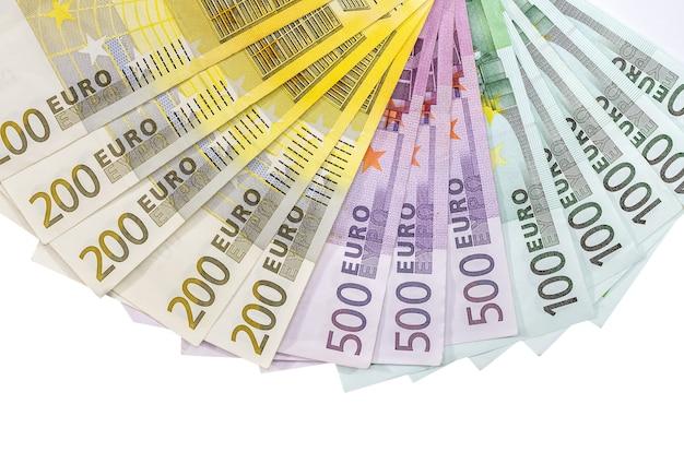 100 200 500 euro-scheine isoliert auf weiß