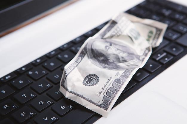 100-dollar-schein am computer