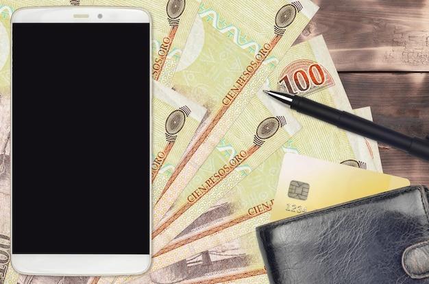 100 dominikanische peso-rechnungen und smartphone mit geldbörse und kreditkarte