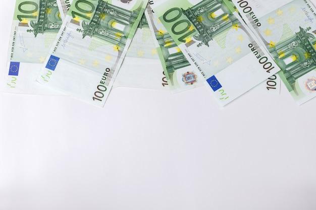 100 euro-banknoten auf grauem hintergrund. hintergrund für text