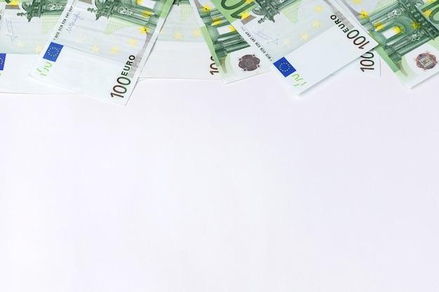 100-euro-banknoten auf weißem hintergrund. platz für text. hintergrund
