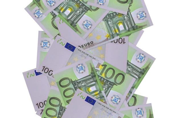 100 euro-scheine fliegen isoliert runter. viele banknoten fallen mit weißem kopierraum auf der linken und rechten seite