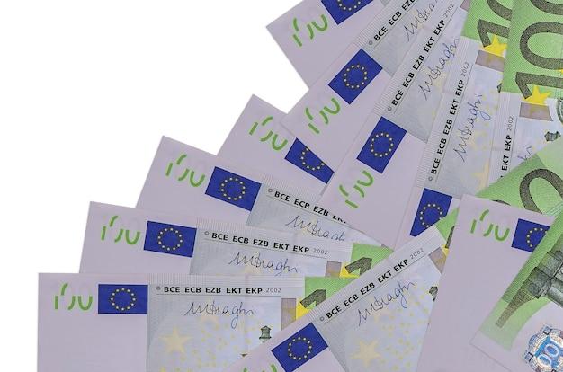 100 euro-scheine liegen in unterschiedlicher reihenfolge isoliert. lokales bank- oder geldverdienungskonzept.