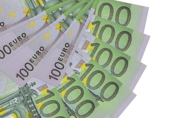 100-euro-scheine liegen isoliert auf weißer wand mit in fächerform gestapeltem kopierraum in nahaufnahme. finanztransaktionskonzept
