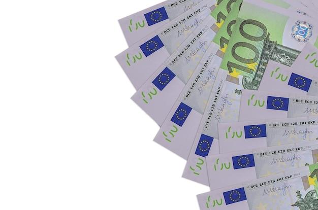 100 euro-scheine liegen isoliert auf weißer wand mit kopierraum. großer reichtum an landeswährung