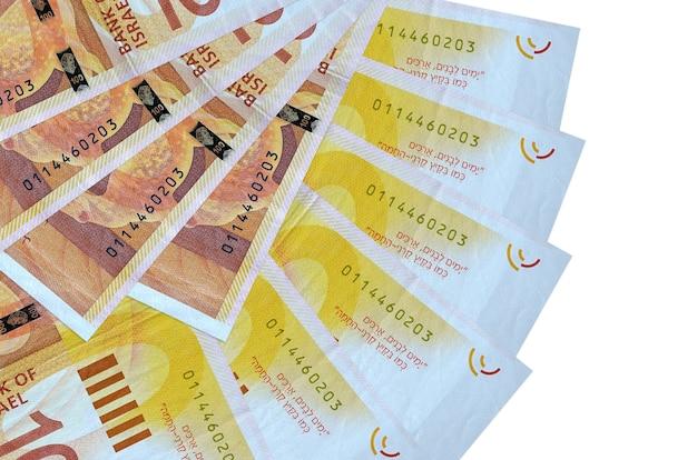 100 israelische neue schekelscheine liegen isoliert auf weißer wand mit kopienraum, der in fächerform aus der nähe gestapelt ist. finanztransaktionskonzept