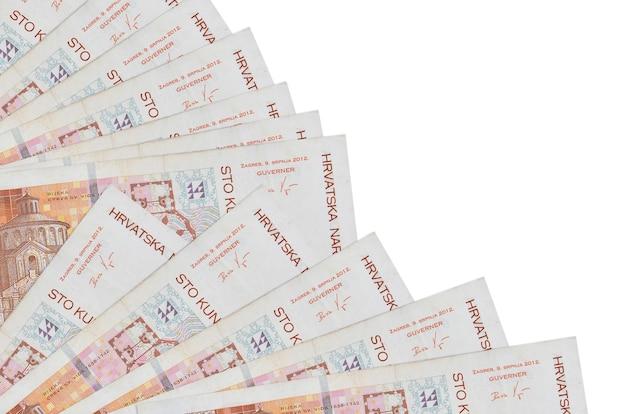100 kroatische kuna-scheine liegen isoliert auf weißer wand mit im fächer-nahbereich gestapeltem kopienraum. zahltagzeitkonzept oder finanzoperationen