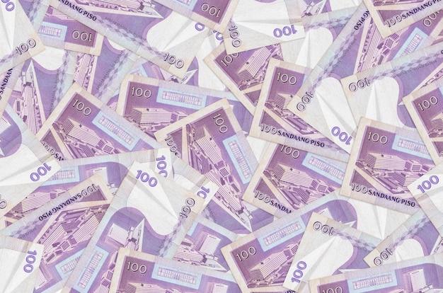 100 philippinische piso-scheine liegen auf einem großen haufen. reichhaltige konzeptionelle wand des lebens. großer geldbetrag