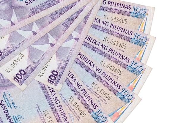 100 philippinische piso-scheine liegen isoliert auf weißer wand mit in fächerform gestapeltem kopierraum in nahaufnahme. finanztransaktionskonzept